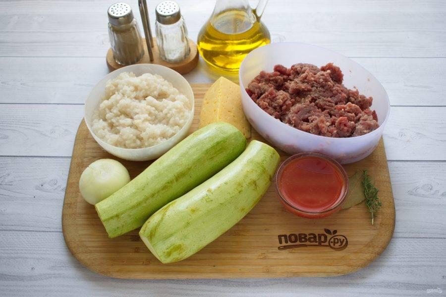 Подготовьте необходимые продукты. Рис отварите в подсоленной воде (1 стакан) до готовности, откиньте на сито, дайте остыть. Овощи вымойте, лук очистите.