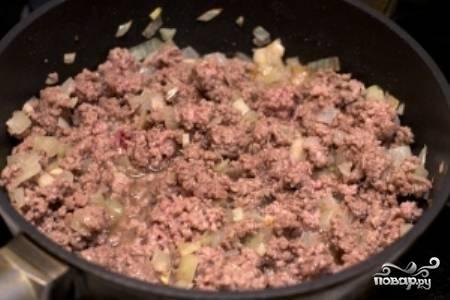 Затем добавьте в сковороду фарш и обжаривайте 5-7 минут. Не забывайте помешивать фарш.