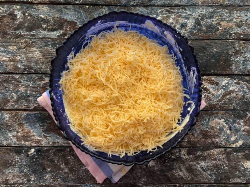 Сыр натрите на мелкой терке и добавьте в тесто.