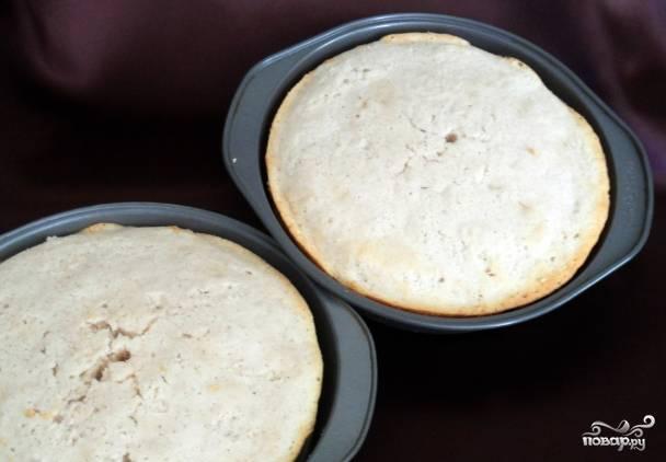 1. Смешаем муку и разрыхлитель, затем добавим молоко и ваниль. Это основа для коржей. Отдельно взбиваем масло с сахаром до однородности, а еще отдельно — 6 белков до острых пиков. Смешаем все вместе, добавим ваниль и запечем коржи примерно 25 минут при 180 градусах.