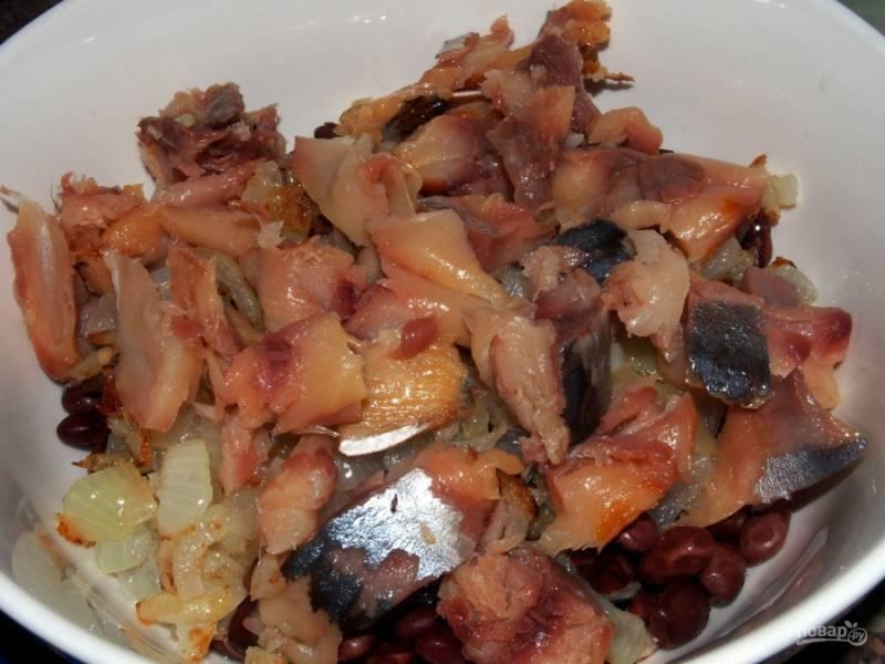 Почистите копченую скумбрию от костей, порежьте её небольшими кусочками, добавьте в салат.
