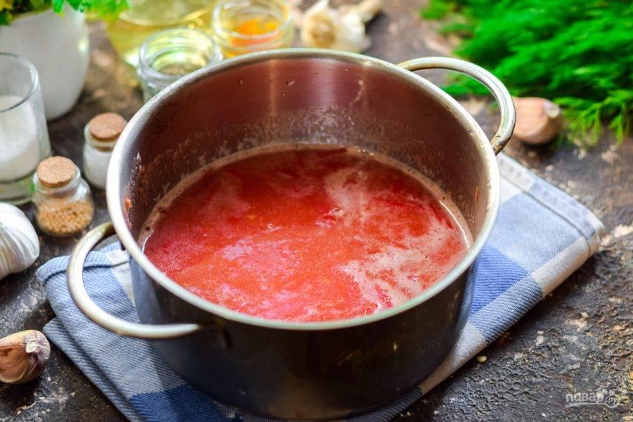 Перелейте томаты в кастрюлю, прогрейте. Добавьте к томату соль.