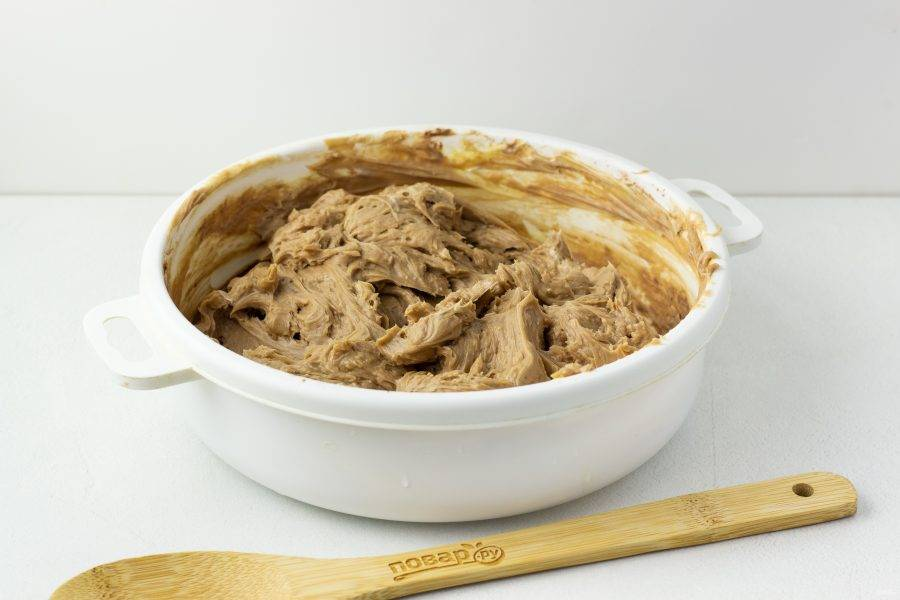 Постепенно вливайте сгущенное молоко и взбивайте до однородного шелковистого крема.