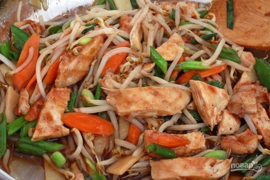 Разогрейте масло на сковороде и обжарьте морковь, бамбук и ростки фасоли. Добавьте зеленый лук. Затем добавьте курицу и соус, перемешайте.