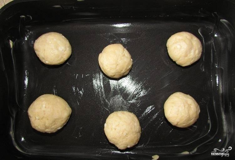 6.Смазываем противень маслом, кладем на него шарики, можно использовать пергамент.