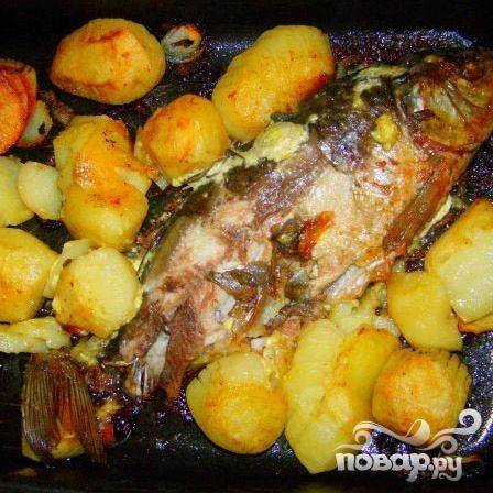 4.Примерно минут через пятнадцать рыбу и картофель надо перевернуть. Затем еще минут пятнадцать держим в духовке.