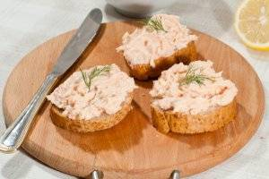 4. Нарежьте хлеб для бутербродов. Если готовите канапе, то можно взять сладковатое печенье.
