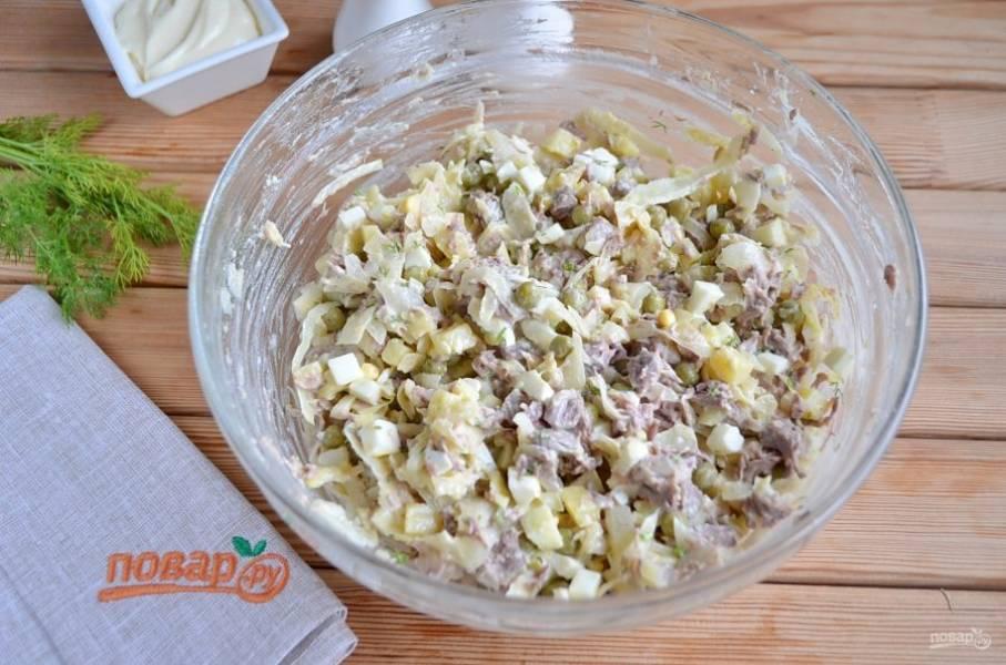Перемешайте хорошо салат и подайте к столу порционно или в большом салатнике. Приятного!