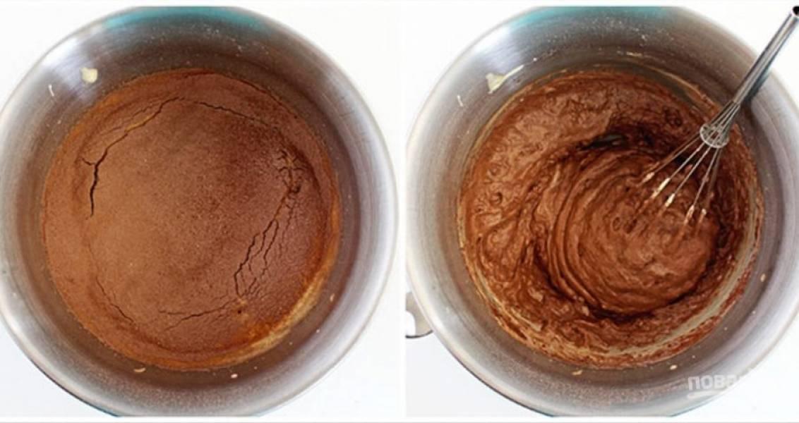 Подготовьте две круглые формы для выпечки, смазав их маслом. И смешайте яйца с мучной массой.