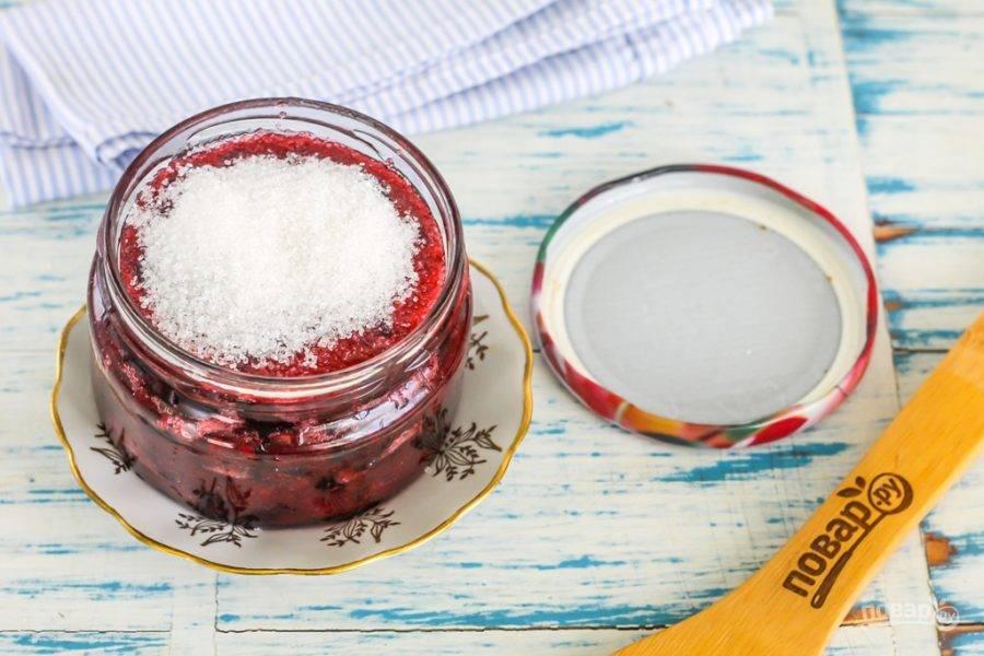 Засыпьте до краев емкости оставшимся сахарным песком, создавая воздушный заслон. Сахар впитает в себя излишки смородинового сока. Плотно закрутите крышкой емкость и поместите на холод.