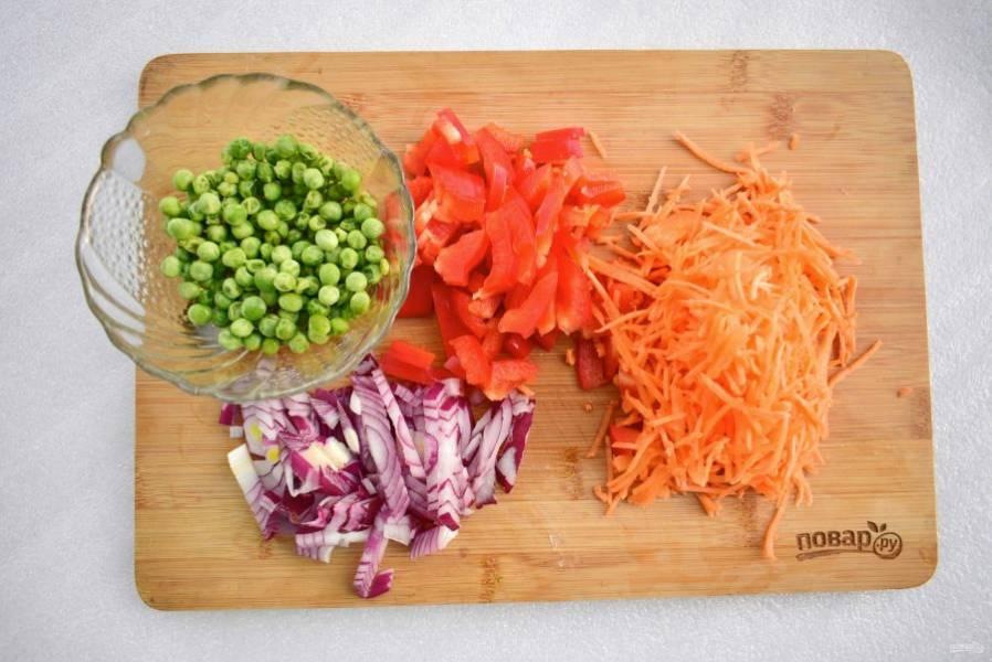 Морковь натрите на корейской терке, лук, чеснок и перец нарежьте соломкой. Добавьте к мясу, перемешайте, влейте оставшееся оливковое масло, готовьте на среднем огне до мягкости овощей.