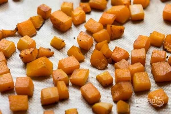 Тыкву очистите и порежьте кубиком, смешайте с ложкой масла, ложкой уксуса, добавьте немного перца и соль. В разогретой до 200 градусов духовке обжарьте тыкву, переворачивая, 25 минут.