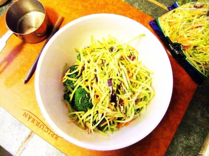 Шаг 3. Потрите на мелкой терке морковь и капусту. Смешайте все в одной миске с брокколи, грецкими орехами и изюмом.