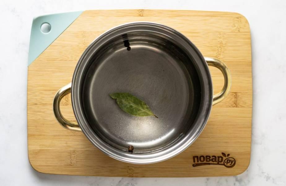 Для маринада вскипятите воду с сахаром, солью, перцем и лавровым листом. Проварите 5 минут. В конце добавьте уксус.