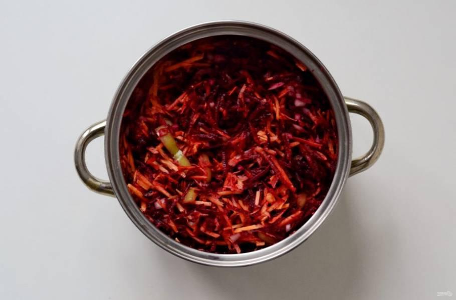 Морковь и свеклу натрите на крупной терке. Болгарский перец нарежьте соломкой, а лук мелкими кубиками. Переложите подготовленные овощи в кастрюлю. Добавьте масло, соль и сахар. Доведите до кипения и варите час под крышкой.