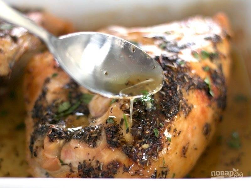 6. Достаньте мясо и щедро полейте его соками, оставьте на 10-15 минут.