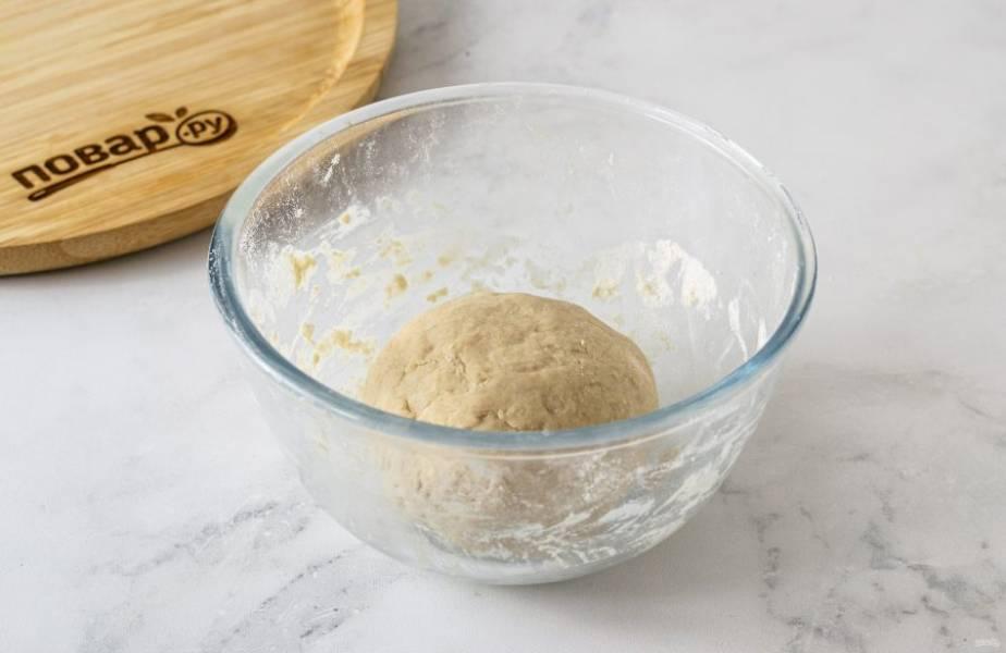 Замесите однородное эластичное тесто. Хорошенько вымесите его минут 5, чтобы оно не липло к рукам. Заверните в пленку и оставьте на 1 час при комнатной температуре.