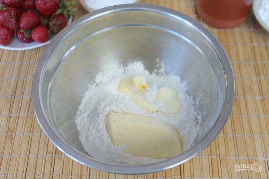 В миску насыпаем муку, соль и добавляем холодное сливочное масло.