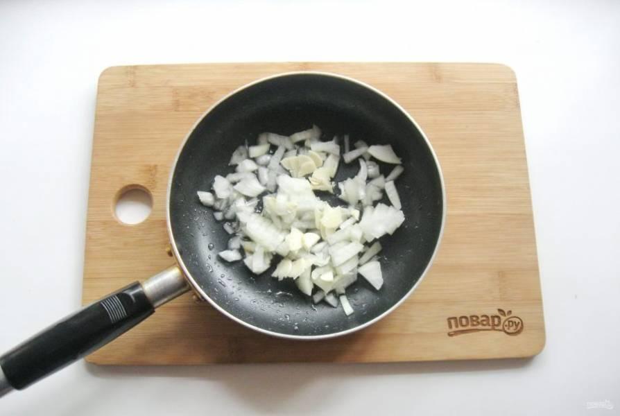 Добавьте нарезанный чеснок. Жарьте лук с чесноком, периодически перемешивая 7-8 минут.