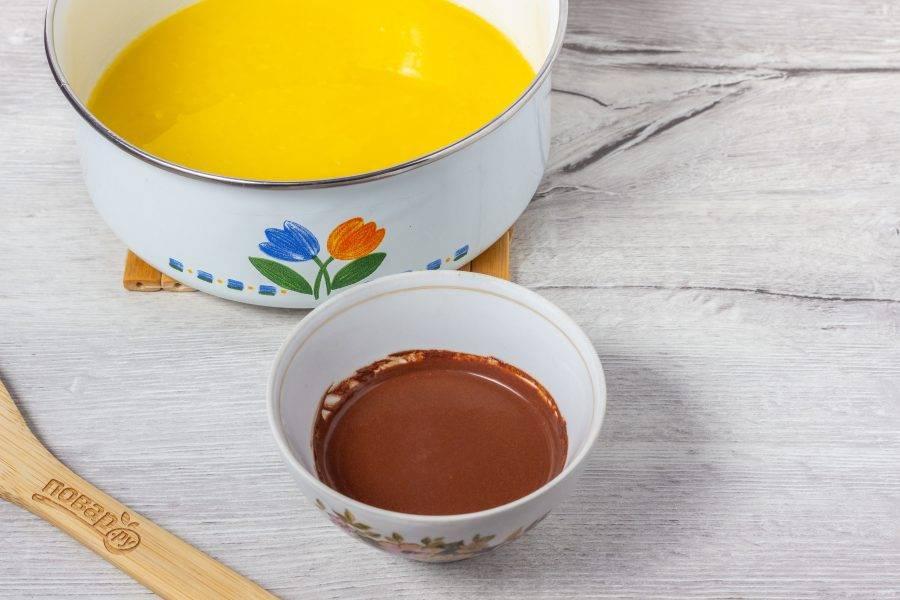 В масло добавьте сахар, размешайте. Какао разведите водой до получения однородной шоколадной массы.
