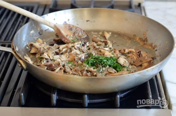 4. Когда вода выпарится, добавьте мелко нашинкованную петрушку и тимьян. Перемешайте.