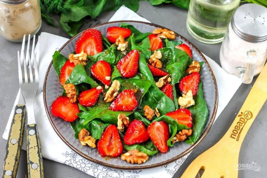 Ядра грецких орехов подсушите на сковороде или в духовке примерно 4-5 минут, затем слегка остудите и разломите в ладонях, но не в крошку. Присыпьте ими сверху приготовленный вами салат. По желанию можете добавить семена кунжута или чиа, мелко нарезанную свежую мяту, предварительно промытую и подсушенную. Подайте блюдо к столу сразу же после подачи, пока в нем сохраняется максимум витаминов и микроэлементов.