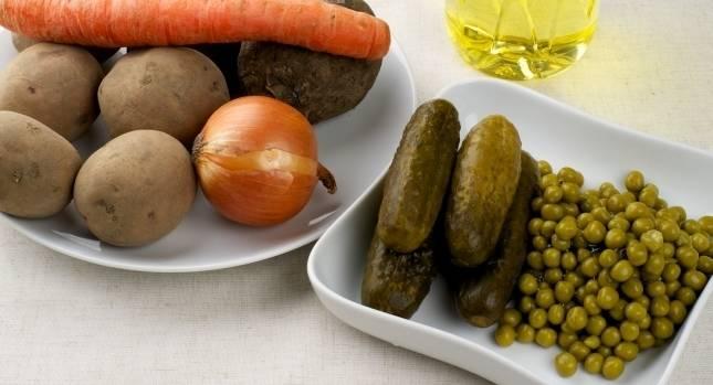 1. Для начала нужно отварить все овощи. Солености салату придаст огурец. Можно также использовать квашеную капусту.