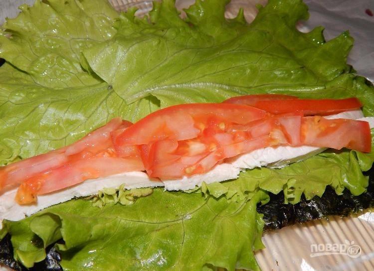 Сверху выложите промытые листья салата. По середине разложите курицу и помидоры.