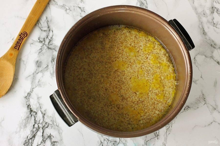 """Налейте воду и если необходимо, добавьте соль по вкусу. Воды должно быть столько, чтобы она немного была выше булгура, примерно 1-1,5 см. Закройте мультиварку крышкой и установите режим """"Плов"""". Готовьте до звукового сигнала."""