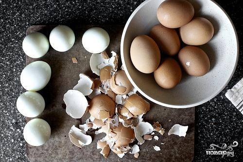 1. Положить яйца в кастрюлю и залить водой. Довести до кипения на сильном огне. Как только вода начнет закипать, уменьшить огонь до среднего и варить яйца ровно 10 минут. Слить воду и залить яйца холодной водой. Выложить 12 небольших листьев салата на сервировочном блюде. Тщательно очистить яйца.