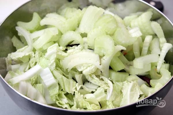 3.Пекинскую капусту мою и нарезаю, стебель сельдерея мою и нарезаю, добавляю в салатник.