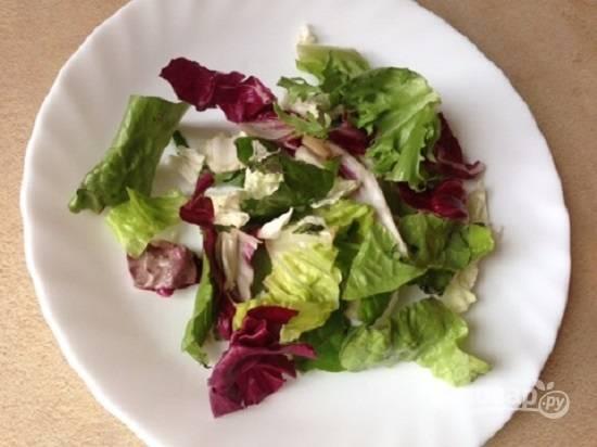 Вымыть и обсушить листья салата, порвать руками крупные листья. Очень вкусно и красиво получится, если вы будете использовать микс салатов.