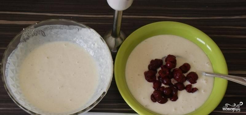 4. Разливаем полученную массу в две емкости, в одну из которых добавляем вишни без косточки. Взбиваем блендером до тех пор, пока вишни не превратятся в однородную массу.