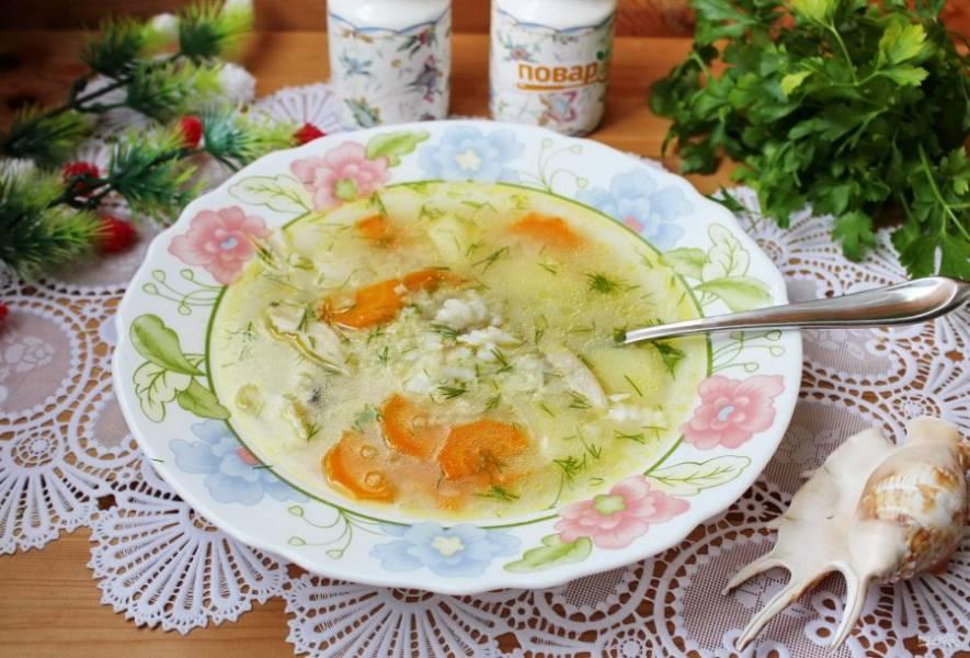 Суп из камбалы готов. При подаче в каждую тарелку выложите кусочки отварной камбалы. Приятного аппетита!