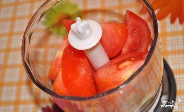 3.Лук и морковь чистим и моем, лук нарезаем кубиком, а морковь натираем на терке, перец чистим и нарезаем мелко, а помидор моем и отправляем в блендер, измельчаем в пасту.