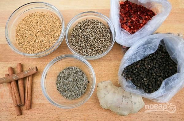 2. Подготовьте все специи. Очистите лук, чеснок и имбирь.