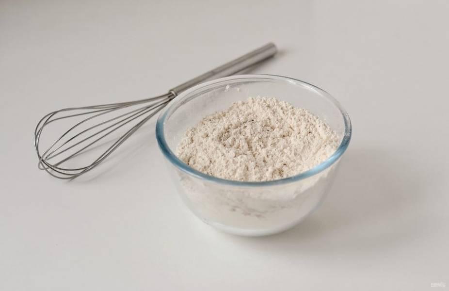 Муку смешайте с солью и специями.