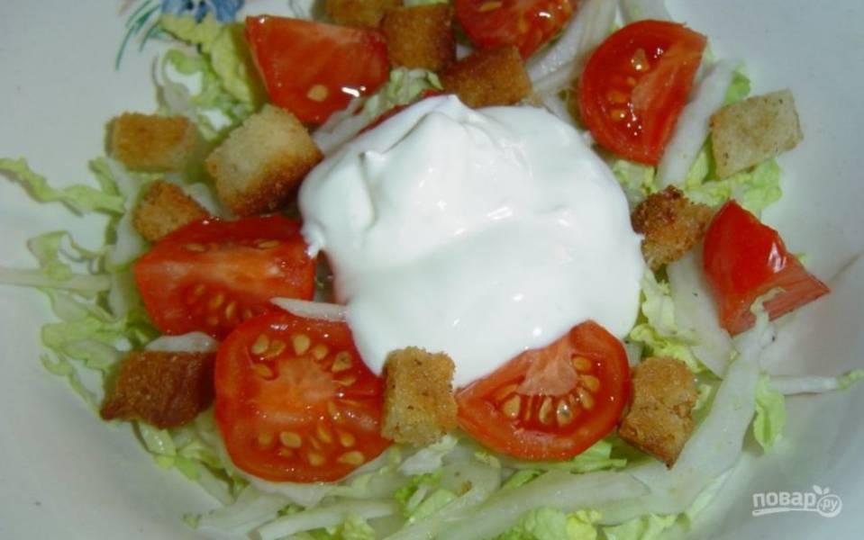 5. Заправляю салат майонезом (можно сметаной), хорошенько перемешиваю и сразу подаю к столу.