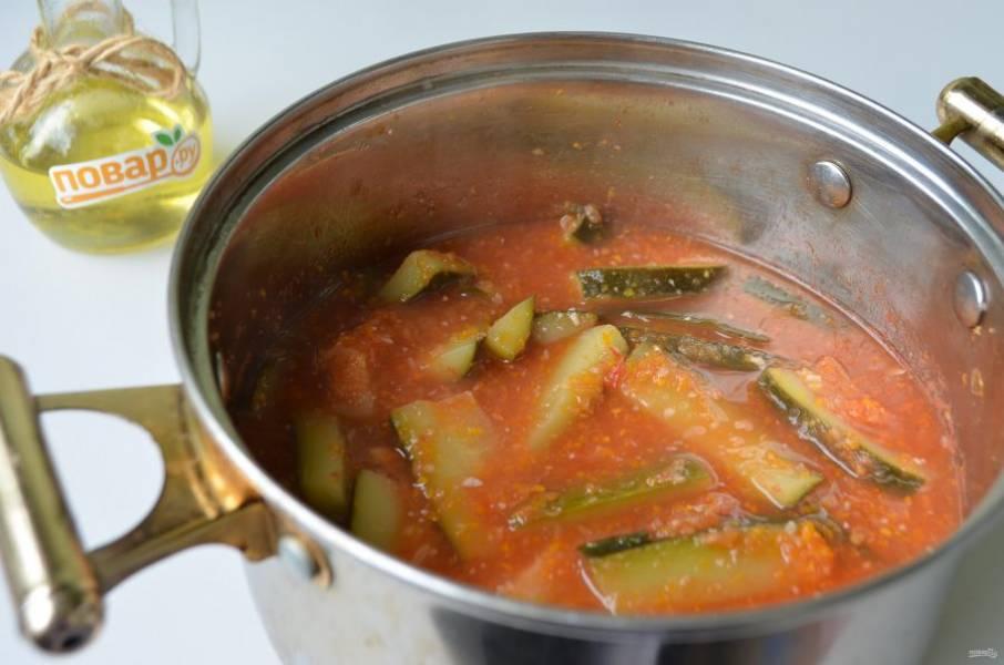 6. За 5 минут до конца варки салата влейте уксус и растительное масло. Перемешайте.