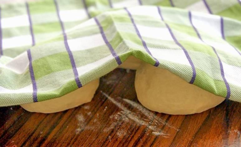 Разделите тесто на 3-4 равных части, каждую скатайте в небольшой кружок. Накройте тесто полотенцем, оставьте на полчаса.