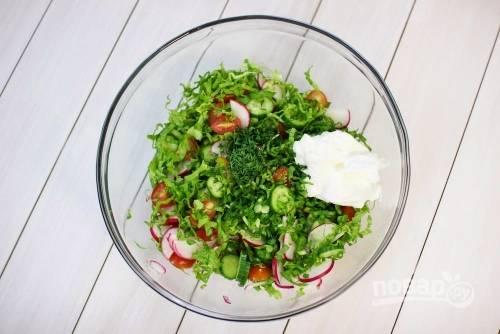 5. Сложите все ингредиенты в салатник и заправьте сметаной. Добавьте по вкусу соль, перец, аккуратно перемешайте — и можно подавать к столу.