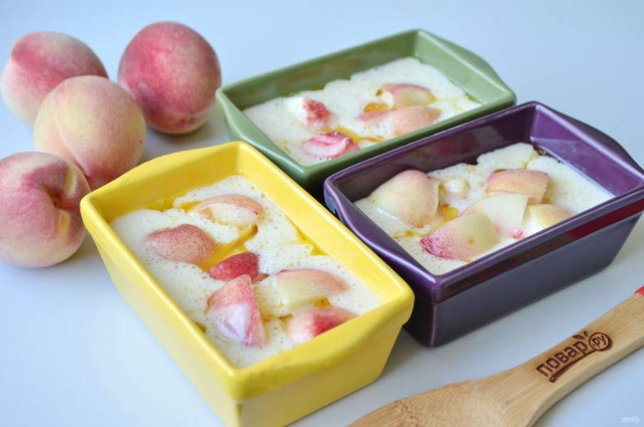 8. Сверху разложите персики. Отправьте в духовку на 30-35 минут.