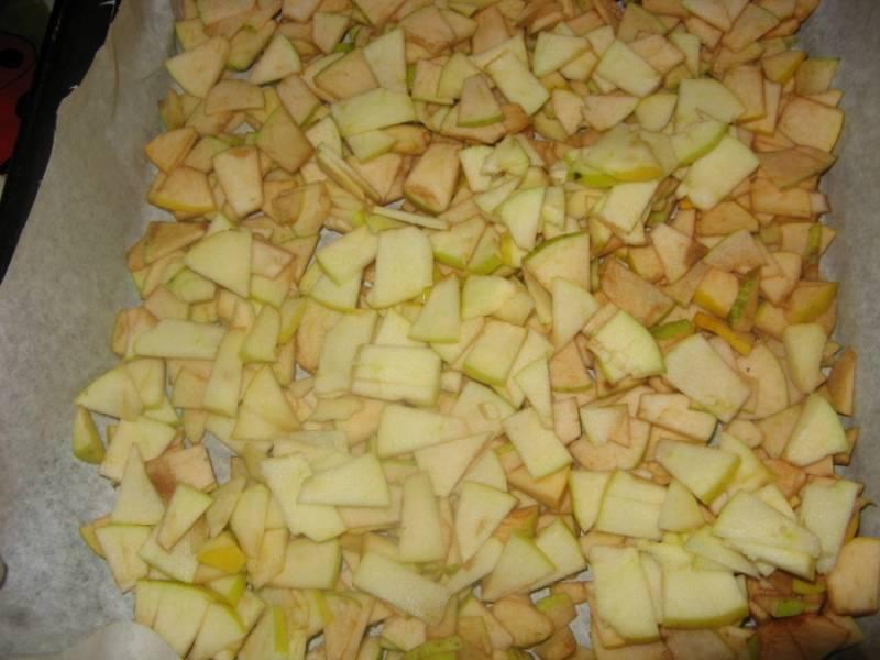 1. Яблоки моем, режем кусочками, удаляя семечки и кочан. Выстилаем на противень бумагу, чуть смазываем ее маслом, и выкладываем яблоки. Посыпаем корицей.