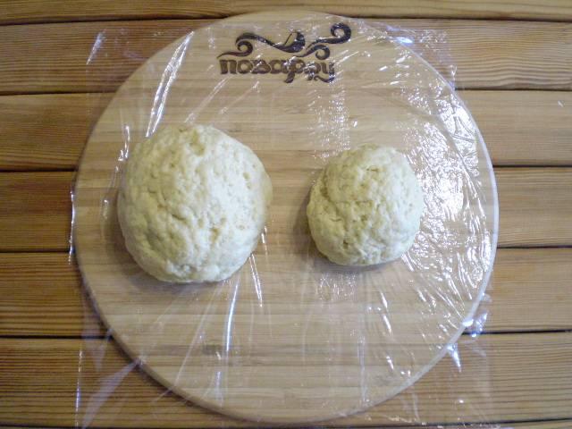 5. Разделите тесто на две не равные части, обе оберните пищевой пленкой плотно. Меньшую часть отправьте в морозилку на 1 час, а другую просто в холодильник.