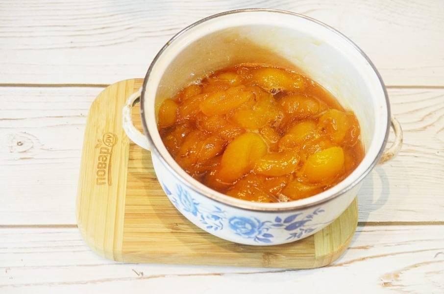 4. Варите варенье на небольшом огне, снимая пену, 30-40 минут. Затем добавьте оставшийся сахар и варите еще 10 минут.