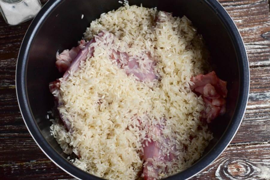 Сверху выложите рис, который предварительно вымойте.