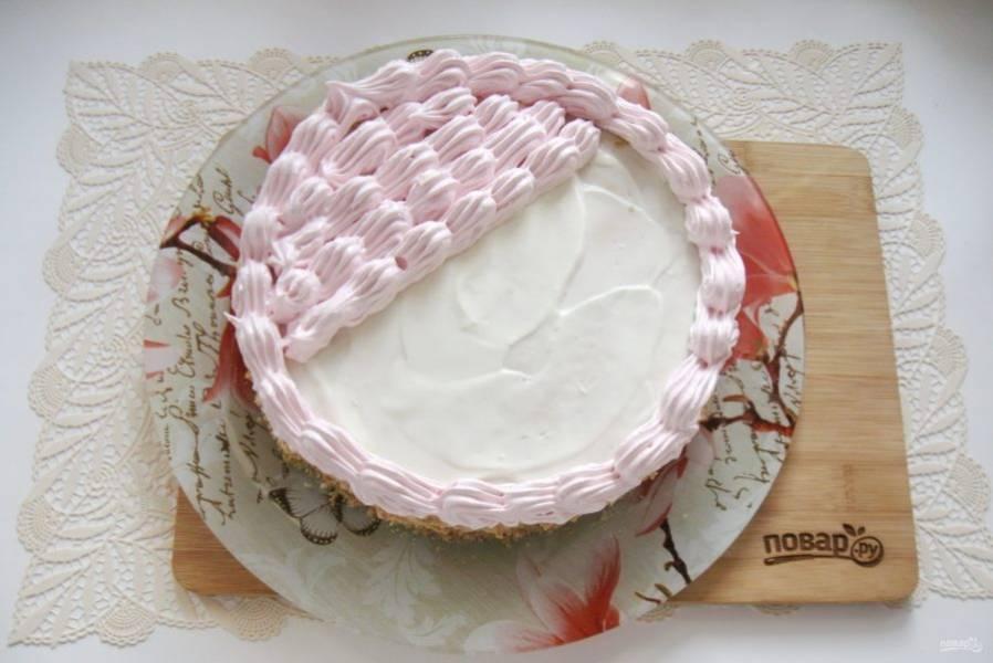 С помощью кулинарного мешка с насадкой украсьте торт.