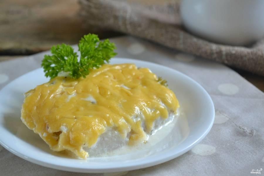 Рыба, запеченная под сметанным соусом, готова! Приятного аппетита!