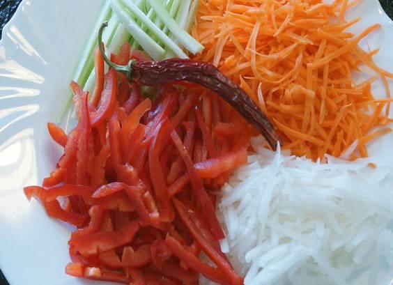 В качестве гарнира у нас будут тушеные (жареные) овощи, которые следует нарезать соломкой...