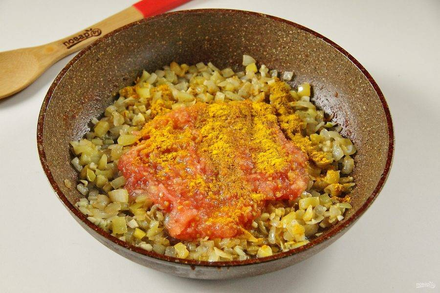 Помидоры натрите на терке и добавьте мякоть к обжаренным овощам. Добавьте также специи и соль по вкусу. Тушите несколько минут.